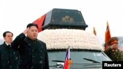 Phenian - Lideri i Koresë së Veriut, Kim Jong Un dhe burri i hallës së tij, Jang Song Thaek (Ilustrim)