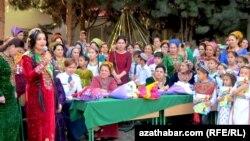Türkmenistanda geçirilen Soňky jaň dabaralarynyň biri. Arhiwden alnan surat