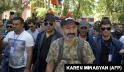 Никол Пашинян (второй справа) на марше в центре Еревана, 2 мая