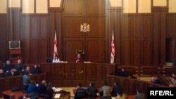 Выбор типа судебного процесса (с присяжными или без) и стал главным камнем преткновения между правящей коалицией и оппозицией