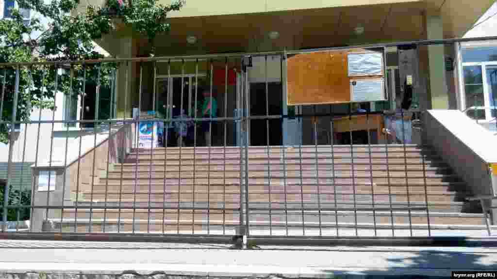 В Севастополе участки на территории школ – за высокими заборами, вход – в узкую калитку, через двойную охрану