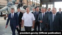 Аляксандр Лукашэнка ў час наведвання ААТ «Аршанскі авіярамонтны завод»