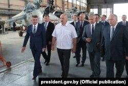 Аляксандр Лукашэнка ў час наведвання ААТ «Аршанскі авіярамонтны завод», 11 ліпеня 2018