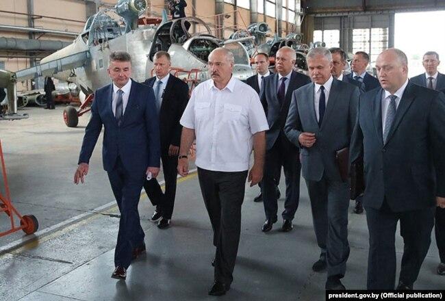 Президент Білорусі Олександр Лукашенко на підприємстві Aircraft в Орші, пов'язаним із «Мотор Січ», 2018 рік