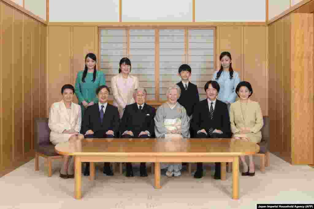 این آخرین جشن سال نو با حضور امپراتور آکیهیتو در ژاپن است (در تصویر مراسم سال نو در کاخ پادشاهی). آکیهیتو تا چند ماه دیگر تخت شاهی را به پسرش میدهد و در نتیجه دوره تاریخی «هـیسهئی» در ژاپن نیز به پایان میرسد.