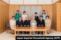 عکس خانوادگی امپراتور در آستانه آغاز سال میلادی ۲۰۱۹: آکیهیتو و میچیکو در وسط عکس، ولیعهد نیز کنار آکیهیتو نشستهاست.