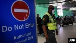 Сотрудник аэропорта Лос-Анджелеса, где сейчас усилены проверки в связи с лихорадкой Эбола