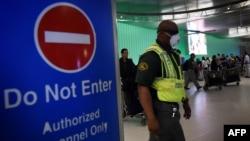 Лос-Анджелес әуежайы қызметкері маскамен жүр. 9 қазан 2014 жыл.
