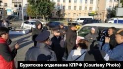 Полиция возле запертой машины депутата Цыренова в центре Улан-Удэ, 9 сентября 2019 года