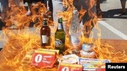 """Украина -- """"Наступ"""" жарандык кыймылынын мүчөлөрү Орусиядан келген продукцияларды өрттөөдө. Киевдеги орус элчилигинин жанындагы акция, 16-август, 2013."""