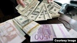 خاوند: پول آیینه قدرت کشورها است و تبدیل مرحله به مرحله دلار زیر ده تومن به دلار ۴۶۰۰ تومانی، برای ایرانیان، به معنای عقب نشستن پایان ناپذیر مرزهای اقتصادی آنها است.
