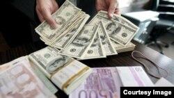 احمد علوی: سیل نقدینگی سرگردان، که تا دیروز در بانک ها حبس شده بود هم بر فشار بر بازار ارز خواهد افزود.