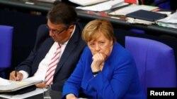 Канцлер Германии Ангела Меркель голосовала против однополых браков, объяснив, что для нее брак – «это союз мужчины и женщины».