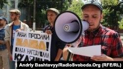 Активисты украинской организации «Боротьба» проводят пикет у Посольства Казахстана в Украине. Киев, 28 мая 2013 года.