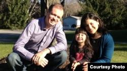 Дженніфер Гаспар із чоловіком Іваном Павловим і дочкою