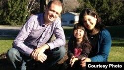 На снимке: адвокат Иван Павлов и его супруга Дженнифер Гаспар с дочерью