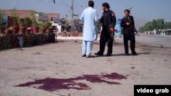 Pakistanda janyndan geçen bombaçy ýerli hökümet binasynyň daşynda özüni partlatdy. 1-nji sentýabr, 2015 ý.