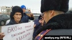 Активист Данияр Инжигалиев во время акции. Уральск, 14 января 2020 года.