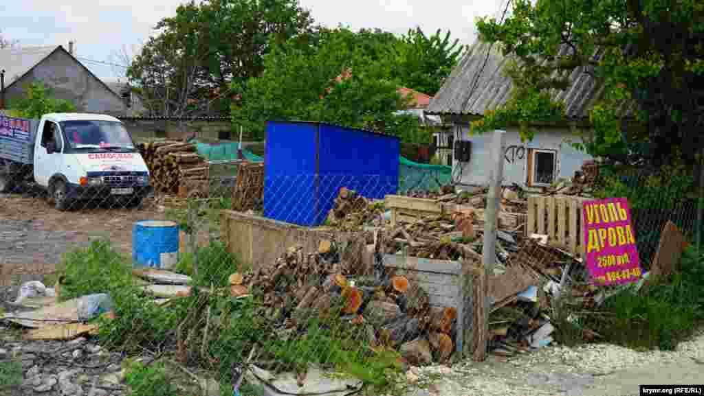 На одній із дач складують дрова для продажу