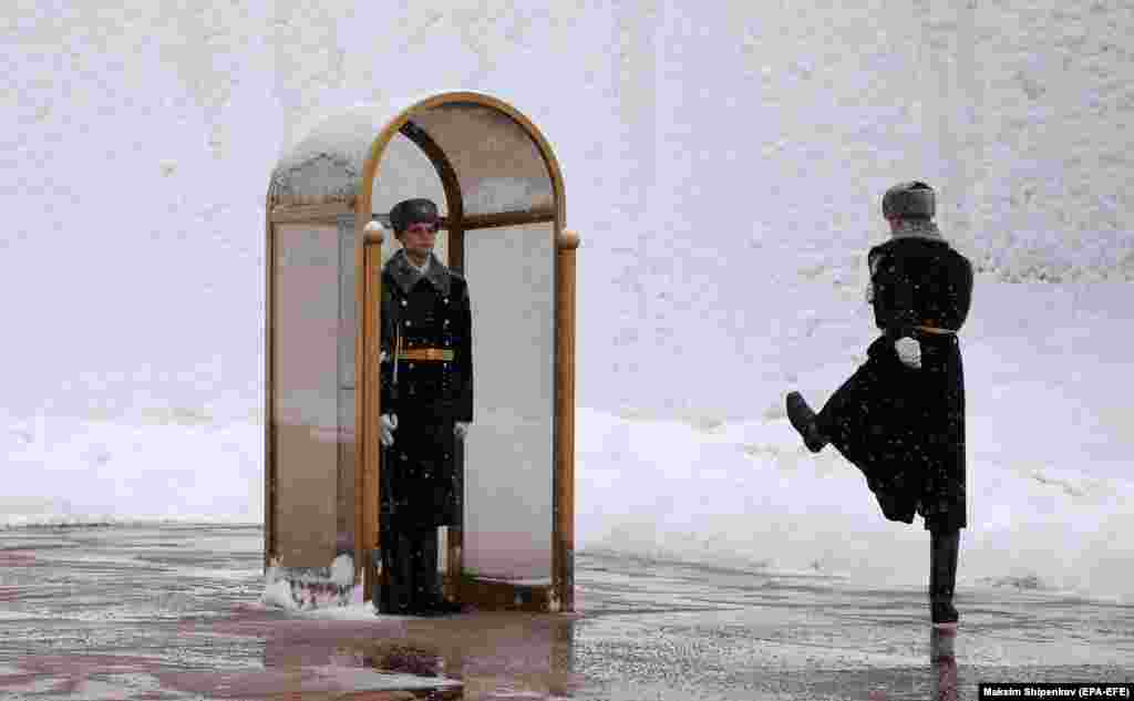 Honor guard soldiers at the Tomb of the Unknown Soldier along the snow-covered Kremlin wall in Moscow. (epa-EFE/Maxim Shipenkov)