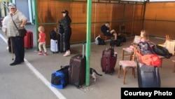 Люди, які перетинають адмінкордон з Кримом, чекають на автобус, який має відвезти їх в обсерватор