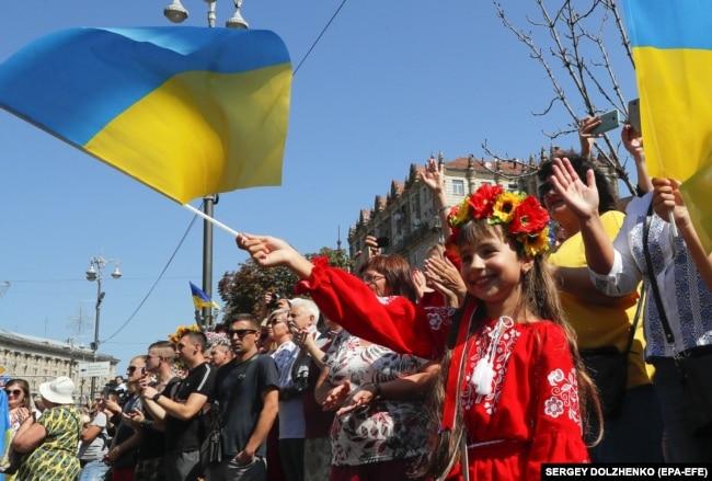 Люди на Хрещатику вітають учасників Маршу ветеранів війни України з Росією у День Незалежності. Київ, 24 серпня 2019 року