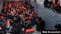 برخی پناهجویان برای رسیدن به آرزوهای خود جانشان را خطر میکنند