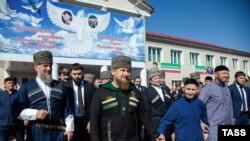 Рамзан Кадыров (в центре) во время парламентских выборов в Чечне в 2016 году
