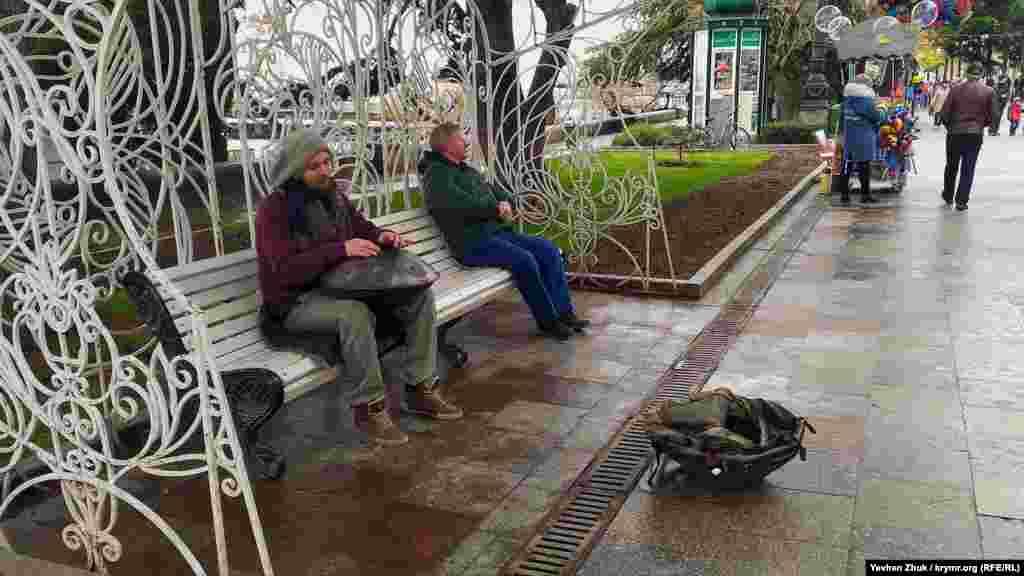 Еще один уличный музыкант. Он играет на музыкальном инструменте, который называется ханг
