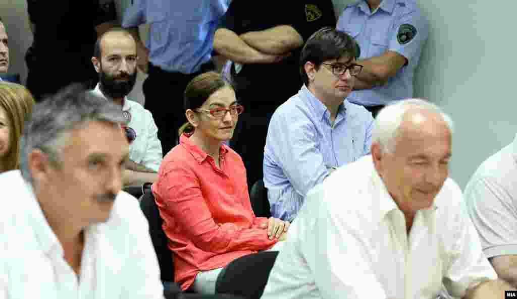 СЕВЕРНА МАКЕДОНИЈА - Поранешната министерка за внатрешни работи Гордана Јанкулоска денеска е спроведена со полиција по судски налог во Идризово за издржување на казна затвор, потврдуваат за РСЕ од МВР. Таа е осудена правосилно на 4 години затвор за незаконската набавка на мерцедесот од речиси 600 илјади евра за Никола Груевски.