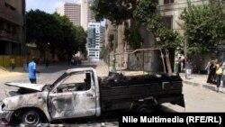 بقايا سيارة شرطة حرقها متظاهرون في القاهرة
