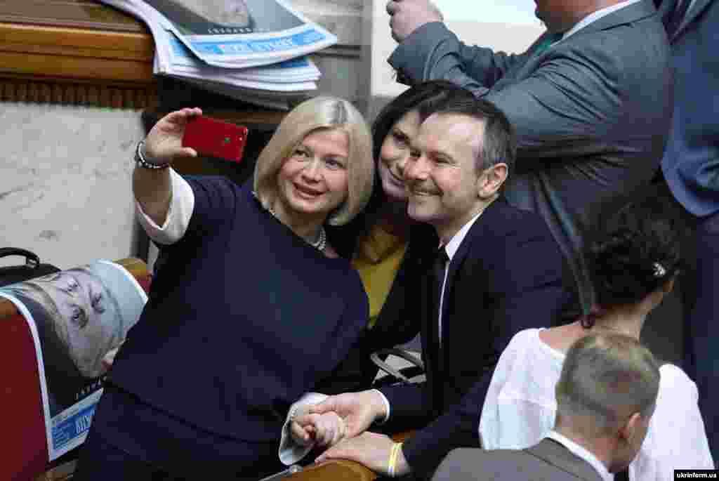 Народний депутат від «Європейської солідарності» Ірина Геращенко (ліворуч) та народний депутат, лідер партії «Голос» Святослав Вакарчук у перший день урочистого засідання Верховної Ради України