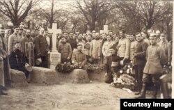 Înmormântarea unor prizonieri români la Dänholm-Stralsund (Foto: Expoziția Marele Război, 1914-1918, Muzeul Național de Istorie a României)