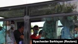 """Билік """"коронавирус тіркелген жоқ"""" деп жариялаған Түркіменстан астанасында автобуста кетіп бара жатқан маска таққан адамдар. Ашғабат, 15 шілде 2020 жыл."""
