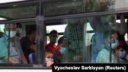 Пассажиры автобуса в Ашгабате, облаченные в медицинские маски, 15 июля 2020 года.