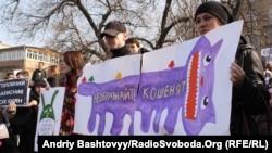 Близько двох тисяч киян вийшли на захист Пейзажної алеї від чергової спроби її забудови, Київ, 17 березня 2012 року
