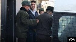 Mehman Hüseynov məhkəməyə gətirilir