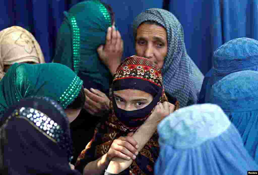 Афганские женщины в очереди за помощью от Министерства торговли и промышленности в Кабуле. 23 июня 2016