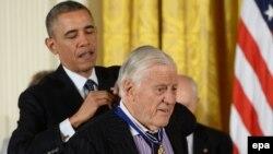 بن برادلی هنگام دریافت «نشان آزادی» از باراک اوباما، رییس جمهوری آمریکا