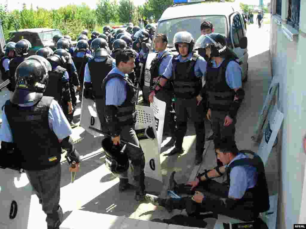 На лицах некоторых полицейских, впервые принимавших участие в подобных операциях, была заметна растерянность.