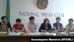 Участники пресс-конференции с требованием вернуть в Казахстан лиц, обвиненных в мошенничестве. Алматы, 19 августа 2013 года.