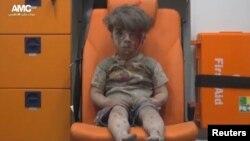 Алеппо қаласындағы әуе шабуылынан кейін түсірілді делінген, әлеуметтік желіде жарияланған видеодағы тірі қалған бала. 18 тамыз 2016 жыл.
