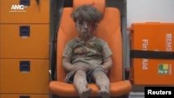 Выживший после авиаудара в Алеппо мальчик