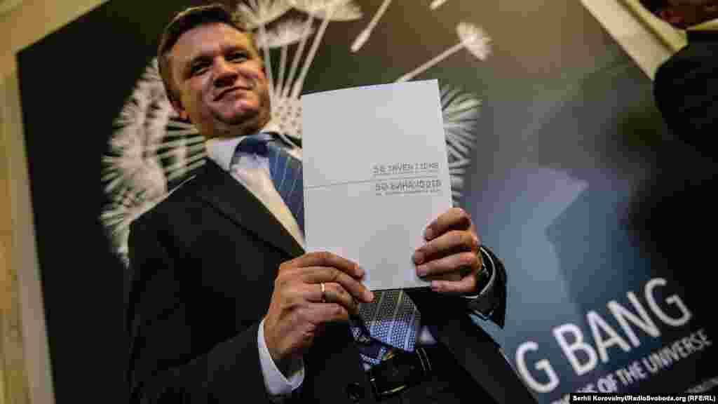 Заступник голови Адміністрації президента Дмитро Шимків тримає друковану версію буклету «50 винаходів, що Україна подарувала світу»