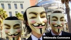 Pjesëtarë të grupit Anonimus me maska
