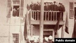 Исмаил Ќемали, првиот албански премир, го подигнал албанското знаме и ја прогласил незавиноста на Албанија на 28 ноември 1912 година во Валона.