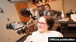 دست مصنوعی که فرمان مغزی «جان شومن» زنی که از فلج چهار اندام رنج میبرد را اجرا میکند