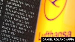 Логотип германской авиакомпании Lufthansa рядом с табло вылетов. Иллюстративное фото.