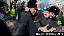 Задержание предполагаемого участника митинга в Алматы. 1 марта 2020 года.