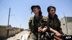Члены отрядов женской самообороны на восточных окраинах Ракки в Сирии, 18 июля 2017 года